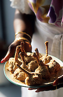 Europe/France/DOM/Antilles/Petites Antilles/Guadeloupe/Pointe-à-Pitre : Netty Foggea prépare ses croustilles de poulets pour la fête des cuisinières