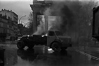 Carrefour boulevard Lazare-Carnot et allées François-Verdier, devant le Monuments aux Combattants. 6 février 1978. Vue d'ensemble d'un camion en feu (vue de profil), flammes, fumée ; en arrière-plan Monument aux Combattants de la Haute-Garonne ; de chaque côté façades début des allées François-Verdier. Cliché pris lors d'une manifestation organisée par une trentaine de transporteurs et artisans locaux pour protester contre le chantier de l'autoroute A61 donné à une grosse société du centre de la France. Manifestation patronée par la Confédération Intersyndicale de Défense et d'Union Nationale des Travailleurs Indépendants (CIDUNATI).