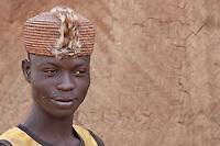 ragazzo di Tagaye, villaggio della etnia Ditamar, parte del gruppo dei Somba, con le scarificazioni facciali con disegni analoghi a quelli delle case, Benin