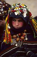 """Afrique/Afrique du Nord/Maghreb/Maroc/Haut-Atlas/Imilchil : Le """"Moussem"""" des fiancés chez les Berbères Aït Haddidou - Jeune fille vierge cherchant un fiancé<br /> PHOTO D'ARCHIVES // ARCHIVAL IMAGES<br /> MAROC  1980"""