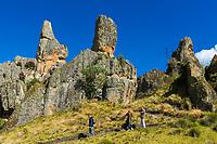 Wanderer vor der Felsformation von Cumbemayo mit Steinsäulen Frailones, Provinz Cajamarca, Peru, Südamerika