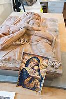 """Die Skulpturensammlung und das Museum fuer Byzantinische Kunst der Staatlichen Museen zu Berlin restaurieren derzeit 59 Kunstwerke, von denen viele im Zweiten Weltkrieg in den Flakbunker Friedrichshain ausgelagert wurden und dort schwere Schaeden durch zwei verheerende Braende erlitten haben. Unter den Skulpturen und Reliefs der Renaissance-Zeit finden sich u.a. Meisterwerke wie Donatellos """"Madonna mit vier Cherubim"""" (um 1440) und Tullio Lombardos Schildtraeger (Ende 15. Jh.).<br /> Dank der grosszuegigen Foerderung der Ernst von Siemens Kunststiftung konnte 2017 ein umfassendes Restaurierungs- und Forschungsprojekt fuer die Bestaende des Bode-Museums gestartet werden, die von den Spuren der Braende und ihrer dramatischen Geschichte in und nach dem Krieg gezeichnet sind. Im Rahmen der Initiative KUNST AUF LAGER werden adaequate Restaurierungs- und Ergaenzungsmassnahmen erarbeitet und durchgefuehrt – mit dem Ziel, viele dieser Hauptwerke nach mehr als 70 Jahren wieder der Oeffentlichkeit praesentieren zu koennen.<br /> Im Bild: Das 1945 bei einem Feuer beschaedigte Relief """"Madonna mit Kind mit zwei Cherubinen"""" des Bildhauers Donatello. Enstanden ca. 1440/45. Auf dem Foto vor dem Relief sind die urspruenglichen Farben des Relief zu sehen.<br /> 10.4.2018, Berlin<br /> Copyright: Christian-Ditsch.de<br /> [Inhaltsveraendernde Manipulation des Fotos nur nach ausdruecklicher Genehmigung des Fotografen. Vereinbarungen ueber Abtretung von Persoenlichkeitsrechten/Model Release der abgebildeten Person/Personen liegen nicht vor. NO MODEL RELEASE! Nur fuer Redaktionelle Zwecke. Don't publish without copyright Christian-Ditsch.de, Veroeffentlichung nur mit Fotografennennung, sowie gegen Honorar, MwSt. und Beleg. Konto: I N G - D i B a, IBAN DE58500105175400192269, BIC INGDDEFFXXX, Kontakt: post@christian-ditsch.de<br /> Bei der Bearbeitung der Dateiinformationen darf die Urheberkennzeichnung in den EXIF- und  IPTC-Daten nicht entfernt werden, diese sind in digitalen Medien nach"""