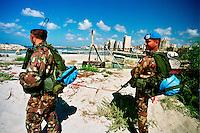 TIRO / SUD LIBANO - 2 SETTEMBRE 2006.MISSIONE UNIFIL..FANTI DI MARINA DEL CONTINGENTE ITALIANO PATTUGLIANO IL LITORALE LIBANESE DOPO LO SBARCO..FOTO LIVIO SENIGALLIESI..TYRE / SOUTH LEBANON - 2006.ITALIAN BLU HELMETS OF UNIFIL MISSION IN SOUTH LEBANON..PHOTO LIVIO SENIGALLIESI