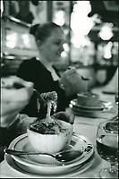 """urope/France/Ile-de-France/75001/Paris: A 4 heures  du matin service de la gratinée à l'oignon ou gratinée des halles au restaurant """"Au Pied de Cochon"""""""