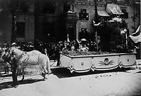 Char allegorique illustrant le petit Saint-Jean-Baptiste <br /> lors du defile de la Saint-Jean-Baptiste, le 24 juin 1909 <br /> <br /> <br /> <br /> PHOTO :  Stroud Photographic Supply Co