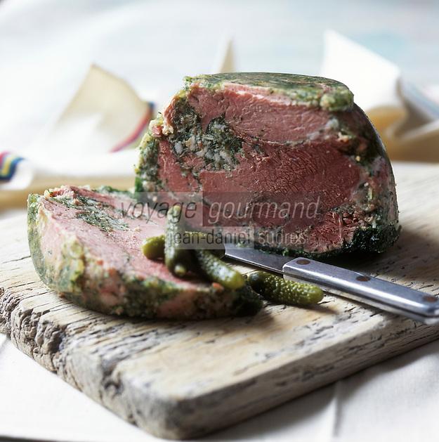 """Europe/France/Bourgogne/21/Côte-d'Or/Dijon: Jambon persillé de chez Mitanchey Charcutier Traiteur, spécialité bourguignonne appelée autrefois """"jambon de Pâques"""" date à laquelle il était souvent préparé. - Stylisme : Valérie LHOMME  //   France, Cote d'Or, Dijon, Mitanchey's butcher and caterer, terrine of jambon persille ham chunks, this local dish is also knons as jambon de Paques because in the old days it was traditionally prepared for Easter (design by Valerie Lhomme)"""