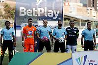 ENVIGADO - COLOMBIA, 02–10-2021: Edilson Ariza, arbitro con los capitanes Jonathan Lopera de Envigado F. C. y Teofilo Gutierrez de Deportivo Cali durante partido entre Envigado F. C. y Deportivo Cali de la fecha 12 por la Liga BetPlay DIMAYOR II 2021, en el estadio Polideportivo Sur de la ciudad de Envigado. / Edilson Ariza, referee with the captains Jonathan Lopera of Envigado F. C. and Teofilo Gutierrez of Deportivo Cali during a match between Envigado F. C., and Deportivo Cali of the 12th date for the BetPlay DIMAYOR II League 2021 at the Polideportivo Sur stadium in Envigado city. / Photo: VizzorImage / Juan A. Cardona / Cont.