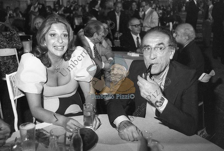 ARNOLDO FOA CON DANIELLE LUZZATO GARDNER<br /> PREMIO STREGA - NINFEO DI VILLA GIULIA ROMA  1980