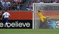 Wolfsburg , 270611 , FIFA / Frauen Weltmeisterschaft 2011 / Womens Worldcup 2011 , Gruppe B  ,  .England - Mexico .Torhüterin Karen Bardsley (England) machtlos gegen den Schuss von Monica Ocampo (Mexico) , Ausgleich zum 1:1 für Mexico  .Foto:Karina Hessland .