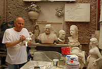 Artigiani a San Lorenzo, storico quartiere di Roma. Craftsmen in San Lorenzo, historic district of Rome..Livio e Otello Scatolini, padre e figlio, scultori, nel loro studio. .Membri dell' Università dei Marmorari di Roma, la più antica corporazione artigiana d'Italia ( fondata nel 1406 )..Livio and Otello Scatolini, father and son, sculptors in their laboratory..Members' Marmorari University of Rome, the oldest craft guild in Italy (founded in 1406)....