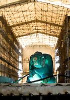 Pisa, canale dei Navicelli, cantiere nautico Rossi, operaio saldatore al lavoro