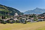 Austria, Tyrol, Brixen Valley, Kirchberg in Tyrol with parish church and Kitzbueheler Horn mountain | Oesterreich, Tirol, Brixental, Kirchberg in Tirol mit Pfarrkirche, im Hintergrund das Kitzbueheler Horn