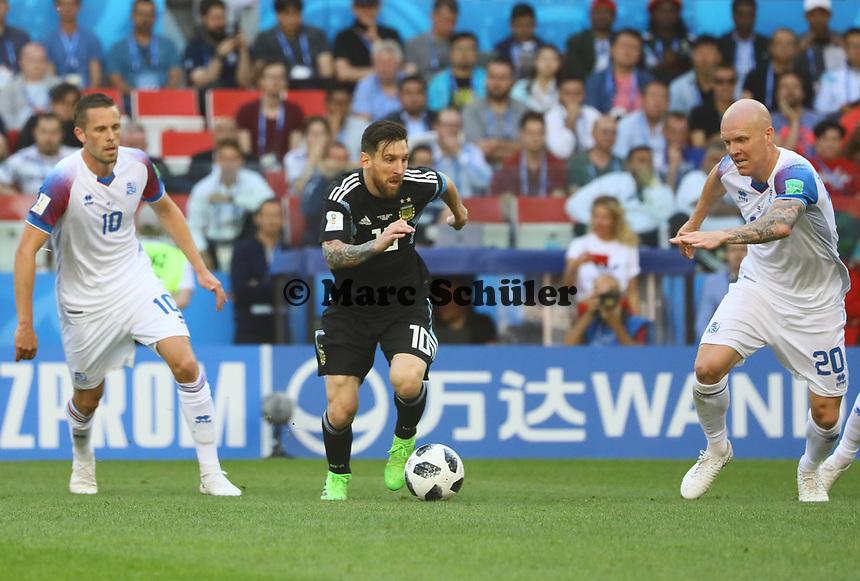Lionel Messi (Argentinien, Argentina) im Blick von Gylfi Sigurdsson (Island, Iceland) und Emil Hallfredsson (Island, Iceland) - 16.06.2018: Argentinien vs. Island, Spartak Stadium Moskau