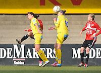1/2 Halve finale Beker van Belgie ; Waasland Beveren Sinaai Girls - Standard Femina de Liege : kopduel met Justine Vanhaevermaet (midden) , Meagan McLoughlin (links) en Julie Biesmans (rechts)..foto DAVID CATRY / Vrouwenteam.be