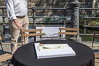 Pressekonferenz am Donnerstag den 23. August 2018 u.a. mit Lothar de Maiziere, letzter DDR- Ministerpraesident, Sabine Bergmann-Pohl, Praesidentin der letzten Volkskammer der DDR, Guenter Nooke, ehemaliger DDR-Buergerrechtler und Wolfgang Thierse ehemaliger Bundestagspraesident zum geplanten Freiheits- und Einheitsdenkmal, welches nach Willen der Initiatoren vor dem wiedererrichteten Berliner Stadtschloss gebaut werden soll.<br /> Im Bild: Ein Model der sog. Einheits-Wippe.<br /> 23.8.2018, Berlin<br /> Copyright: Christian-Ditsch.de<br /> [Inhaltsveraendernde Manipulation des Fotos nur nach ausdruecklicher Genehmigung des Fotografen. Vereinbarungen ueber Abtretung von Persoenlichkeitsrechten/Model Release der abgebildeten Person/Personen liegen nicht vor. NO MODEL RELEASE! Nur fuer Redaktionelle Zwecke. Don't publish without copyright Christian-Ditsch.de, Veroeffentlichung nur mit Fotografennennung, sowie gegen Honorar, MwSt. und Beleg. Konto: I N G - D i B a, IBAN DE58500105175400192269, BIC INGDDEFFXXX, Kontakt: post@christian-ditsch.de<br /> Bei der Bearbeitung der Dateiinformationen darf die Urheberkennzeichnung in den EXIF- und  IPTC-Daten nicht entfernt werden, diese sind in digitalen Medien nach §95c UrhG rechtlich geschuetzt. Der Urhebervermerk wird gemaess §13 UrhG verlangt.]