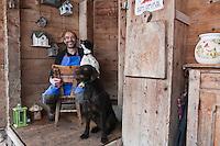 Europe/France/Rhône-Alpes/74/Haute-Savoie/Le Grand-Bornand:  Albert Bonamy  et ses chiens , Restaurant: La Ferme de Lormay dans la  Vallée du Bouchet  [Non destiné à un usage publicitaire - Not intended for an advertising use]
