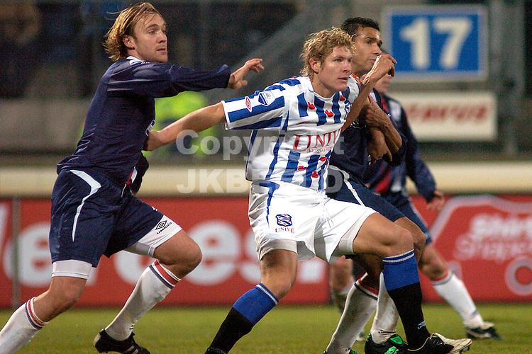 heerenveen - willem II 10-12-2005  eredivisie seizoen 2005-2006 arvid smit worstelt met tarvajarvi