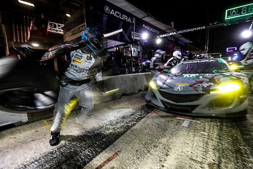 #86 Michael Shank Racing with Curb-Agajanian Acura NSX, GTD: Katherine Legge, Alvaro Parente, Trent Hindman, pit stop