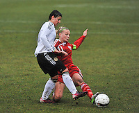 Denmark U17 - Germany U17 : Jasmin Sehan aan de bal voor Stine Larsen (rechts).foto Joke Vuylsteke / Vrouwenteam.be