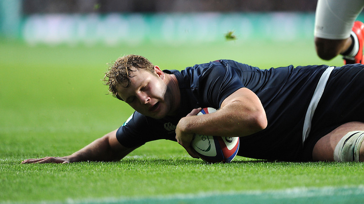Joe Launchbury of England scores a try during the Old Mutual Wealth Series match between England and Fiji at Twickenham Stadium on Saturday 19th November 2016 (Photo by Rob Munro)