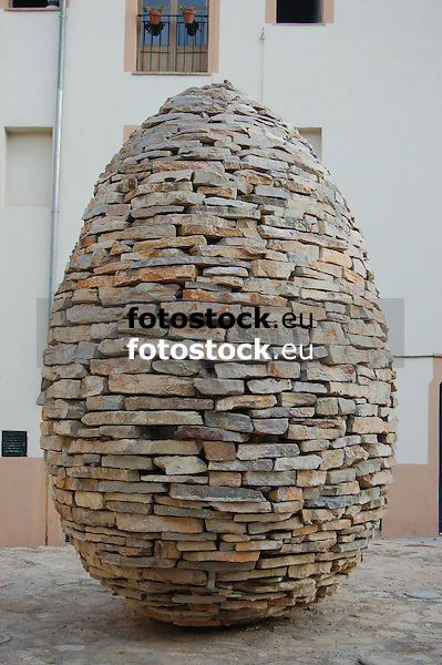 """Sculpture """"without title"""" (1999, stone of Binissalem) by Manolo Paz (1957, Pontevedra) in the Calle de la Pólvora, Puig de Sant Pere<br /> <br /> Escultura """"sin título"""" (1999, piedra de Binissalem) de Manolo Paz (1957, Pontevedra) en la Calle de la Pólvora, Puig de Sant Pere<br /> <br /> Skulptur """"ohne Titel"""" (1999, Stein aus Binissalem) von Manolo Paz (1957, Pontevedra) in der Straße Calle de la Pólvora, Puig de Sant Pere<br /> <br /> 3008 x 2000 px<br /> 150 dpi: 50,94 x 33,87 cm<br /> 300 dpi: 25,47 x 16,93 cm"""