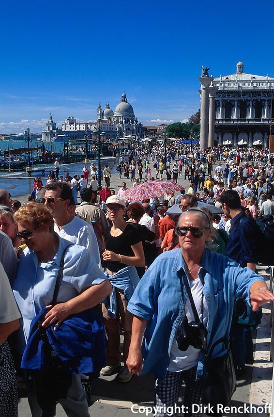 Touristen vor Dogenpalast, Venedig,  Venetien, Italien, Unesco-Weltkulturerbe