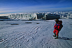 .Arrivee au pic d Uhuru (pic de la Liberte), le plus haut point d Afrique à 5895 m,. c est la recompense tant attendue apres une semaine de marche et d efforts.