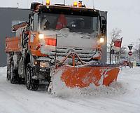 """Das Tief ,,Daisy"""" nähert sich Deutschland von Süden, schiebt sich langsam nach Norden vor. Am Freitagabend und in der Nacht sind die ersten Boten des Sturmtiefs in Leipzig angekommen - beständiger Schneefall mit heftigen Winden in der Nacht zum Samstag und im Verlauf des Sonnabends - auf dem Flughafen fielen Flüge aus und Bahnen fuhren nicht pünktlich bis gar nicht - auf den Straßen bestimmt Glätte das Bild, zuweilen blockieren Schneeverwehungen den Verkehr - im Bild: Winterdienst / Schneepflug / Räumfahrzeug / Räumschild .  Foto: Norman Rembarz..Norman Rembarz , Autorennummer 41043728 , Holbeinstr. 14, 04229 Leipzig, Tel.: 01794887569, Hypovereinsbank: BLZ: 86020086, KN: 357889472, St.Nr.: 231/261/06432 - Jegliche kommerzielle Nutzung ist honorar- und mehrwertsteuerpflichtig! Persönlichkeitsrechte sind zu wahren. Es wird keine Haftung übernommen bei Verletzung von Rechten Dritter. Autoren-Nennung gem. §13 UrhGes. wird verlangt. Weitergabe an Dritte nur nach  vorheriger Absprache.."""
