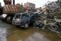 - rubbish dump of metallic wrecks in the north periphery of Milan....- discarica di rottami metallici alla periferia nord di Milano........