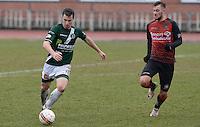 KFC Izegem - Torhout KM : Kevin Theetaert (links) aan de bal voor Ayron Verkindere (r)<br /> Foto David Catry | VDB | Bart Vandenbroucke