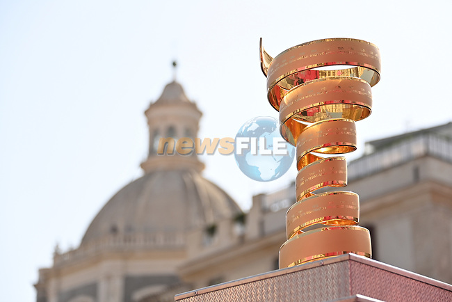 The Trofeo Senza Fine on display at sign on before the start of Stage 4 of the 103rd edition of the Giro d'Italia 2020 running 140km from Catania to Villafranca Tirrena, Sicily, Italy. 6th October 2020.  <br /> Picture: LaPresse/Gian Mattia D'Alberto | Cyclefile<br /> <br /> All photos usage must carry mandatory copyright credit (© Cyclefile | LaPresse/Gian Mattia D'Alberto)