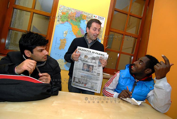 Parma/Italia - La quotidiana lezione di lingua italiana realizzata per tutti i richiedenti asilo seguiti per programma di inserimento sociale dei rifugiati svolto dall'Onlus CIAC di Parma. Foto Livio Senigalliesi