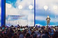 """Feierlichkeit zum 25. Jahrestag Mauerfall.<br /> Buergerfest am Brandenburger Tor.<br /> Ein Kundgebungsteilnehmer haelt ein Transparent mit der Aufschrift in schwarz-rot-gold """"Danke Herr Bundeskanzler Helmut Kohl"""".<br /> 9.11.2014, Berlin<br /> Copyright: Christian-Ditsch.de<br /> [Inhaltsveraendernde Manipulation des Fotos nur nach ausdruecklicher Genehmigung des Fotografen. Vereinbarungen ueber Abtretung von Persoenlichkeitsrechten/Model Release der abgebildeten Person/Personen liegen nicht vor. NO MODEL RELEASE! Don't publish without copyright Christian-Ditsch.de, Veroeffentlichung nur mit Fotografennennung, sowie gegen Honorar, MwSt. und Beleg. Konto: I N G - D i B a, IBAN DE58500105175400192269, BIC INGDDEFFXXX, Kontakt: post@christian-ditsch.de<br /> Urhebervermerk wird gemaess Paragraph 13 UHG verlangt.]"""