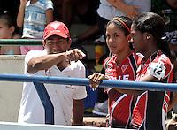 CUCUTA - COLOMBIA - 17-05-2013: Orlando Yepes, entrenador del valle del Cauca da instrcciones a Paola Segura (Cent.) y Yesenia Escobar (Der), en la prueba de los 300 metros contra reloj individual, juvenil damas en el Campeonato Nacional Interligas en la ciudad de Cucuta, mayo 17 de 2013. (Foto: VizzorImage / Luis Ramirez / Staff).   Orlando Yepes coach of  Calle del Cauca  gives instructions to Paola Segura (C) and Yesenia Escobar (R), during de 300 meters individual time, young ladies in the Interleague National Championship in the city of Cucuta, May 17, 2013. (Photo: VizzorImage / Luis Ramirez / Staff)