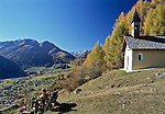Austria, East-Tyrol, Virgen Valley, chapel above Virgen, at background Hohe Tauern mountains | Oesterreich, Ost-Tirol, Herbst im Virgental, Kapelle oberhalb von Virgen, im Hintergrund die Hohen Tauern