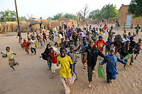 NIGER Zinder, village BABAN TAPKI, running and laughing children  / NIGER Zinder, Dorf BABAN TAPKI, lachende laufende Kinder