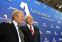 M. Gary Slaight, président et chef de la direction de Standard Broadcasting et M. Ian Greenberg, président et chef de la direction d'Astral Media lors de la conférence de presse annonçant l'acquisition de Standard Radio par Astral Media. (Groupe CNW/Astral Media Inc.)