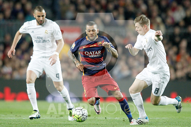 FC Barcelona's Dani Alves (c) and Real Madrid's Karim Benzema (l) and Toni Kroos during La Liga match. April 2,2016. (ALTERPHOTOS/Acero)