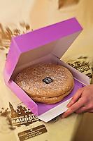 Europe/France/Rhone-Alpes/07/Ardéche/Vernoux: Le délice ardéchois , pâte à macaron avec sa crème mousseline mixée à la crème de marron, spécialité deStéphane et Nathalie Baudoin  - Boulanger-Pâtissier
