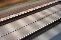 Schiene: EUROPA, DEUTSCHLAND, MECKLENBURG- VORPOMMERN, (EUROPE, GERMANY), 16.11.2012:  Ausblick aus dem ICE , Aussenaufnahme , Bahnfahren , Bewegung , Bewegungsunschaerfe , DB, Deutsche Bahn, Dynamik , Fahren , Fortbewegung , Geschwindigkeit , Gras , Gruen , Hochgeschwindigkeitszug , ICE , Langzeitbelichtung , Linie, Niemand , Rasen , Schienen , Schiene, Schwelle,  Schnell , Schraeg , Tempo,  Transport , Unscharf , verwischt ,  Verkehr,  Zug ,.