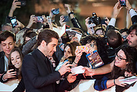 """L'attore americano Jake Gyllenhaal firma autografi ai fans sul red carpet per la presentazione del film """"Stronger"""" alla Festa del Cinema di Roma , 28 Ottobre 2017.<br /> US actor Jake Gyllenhaal with his fans on the red carpet to present the movie """"Stronger"""" during the international Rome Film Festival at Rome's Auditorium, October 28, 2017.<br /> UPDATE IMAGES PRESS/Karen Di Paola"""