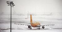 """Das Tief ,,Daisy"""" nähert sich Deutschland von Süden, schiebt sich langsam nach Norden vor. Am Freitagabend und in der Nacht sind die ersten Boten des Sturmtiefs in Leipzig angekommen - beständiger Schneefall mit heftigen Winden in der Nacht zum Samstag und im Verlauf des Sonnabends - auf dem Flughafen fielen Flüge aus und Bahnen fuhren nicht pünktlich bis gar nicht - auf den Straßen bestimmt Glätte das Bild, zuweilen blockieren Schneeverwehungen den Verkehr - im Bild: Flughafen Leipzig / Halle - Viele Flüge wurden annuliert / gecancelled / gestrichen am Wochenende - die Maschinen blieben am Boden - auch zahlreiche Flugzeuge der DHL und  anderer Frachtunternehmen standen auf dem Vorfeld und konnten nicht starten.  Foto: Norman Rembarz..Norman Rembarz , Autorennummer 41043728 , Holbeinstr. 14, 04229 Leipzig, Tel.: 01794887569, Hypovereinsbank: BLZ: 86020086, KN: 357889472, St.Nr.: 231/261/06432 - Jegliche kommerzielle Nutzung ist honorar- und mehrwertsteuerpflichtig! Persönlichkeitsrechte sind zu wahren. Es wird keine Haftung übernommen bei Verletzung von Rechten Dritter. Autoren-Nennung gem. §13 UrhGes. wird verlangt. Weitergabe an Dritte nur nach  vorheriger Absprache.."""