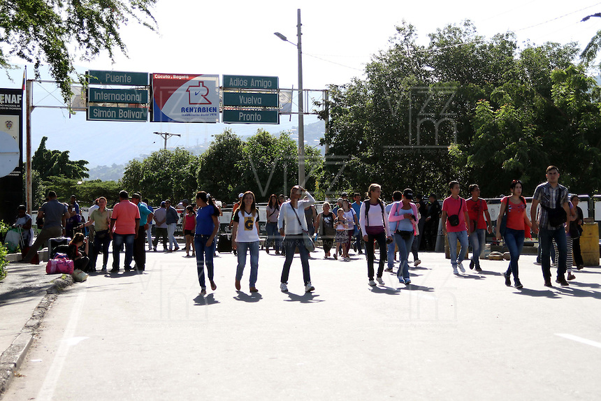 """CUCUTA - COLOMBIA - 27 - 02 - 2016: After having stayed since December 12, the border between Colombia and Venezuela was closed by decision of Nicolas Maduro, President of Venezuela. In a telephone conversation, on Monday night, presidents Nicolás Maduro and Juan Manuel Santos agreed to """"open the border progressively, with strict vigilance and security."""" Border crossings were re-established from 0600 local time on Tuesday (10H00 GMT), guarded by military personnel, but freight transport is still closed. Photo: VizzorImage / Manuel Hernandez / Cont."""
