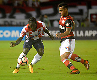 BARRANQUILLA - COLOMBIA, 30-11-2017:Yimmi Chará  (Izq.) jugador del Atlético Junior de Colombia  disputa el balón con Everton Ribeiro (Der.) jugador del Flamengo del Brasil durante partido de vuelta semifinal 2 de la Copa Conmebol Suramericana 2017 jugado en el estadio Metroplitano Roberto Meléndez de la ciudad de Barranquilla . / Yimmi Chara (L) player Atletico Junior of Colombia fights the ball agaisnt of Everton Ribeiro (R) player of Flamengo of Brazil during their Copa Sudamericana second leg semifinal football match at Metropiltano Roberto Melendez stadium in Barranquilla city. Photo: Vizzorimage / Alfonso Cervantes /Contribuidor