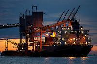 Porto da Cargill. Exportação de Soja<br /> A Cargill está no Brasil desde 1965 e suas origens estão no campo, em atividades agrícolas. Atualmente, está entre as maiores indústrias de alimentos e uma das 15 maiores empresas do País, e também a principal exportadora de soja do Brasil e a maior processadora de cacau da América Latina. Sediada em São Paulo (SP), a operação brasileira possui unidades industriais, armazéns, escritórios e terminais portuários em cerca de 120 municípios, onde trabalham aproximadamente 6 mil funcionários.<br /> Santarém, Pará, Brasil<br /> Foto ©Paulo Santos<br /> 2010