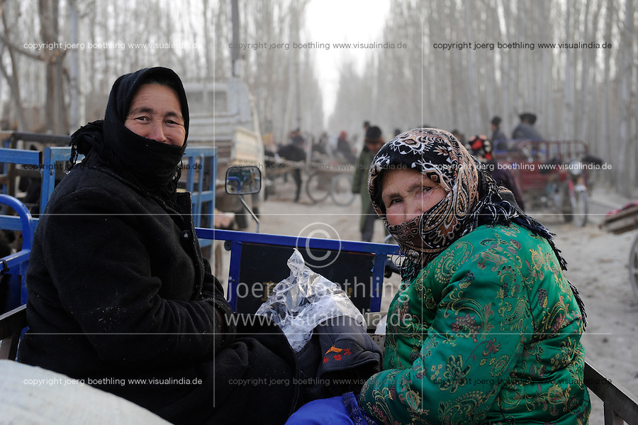 CHINA, province Xinjiang, market day in uighur village Jin Erek near city Kashgar where uyghur people are living / CHINA Provinz Xinjiang , Markttag in Jin Erek einem uigurischen Dorf bei Stadt Kashgar, hier lebt das Turkvolk der Uiguren , die sich zum Islam bekennen