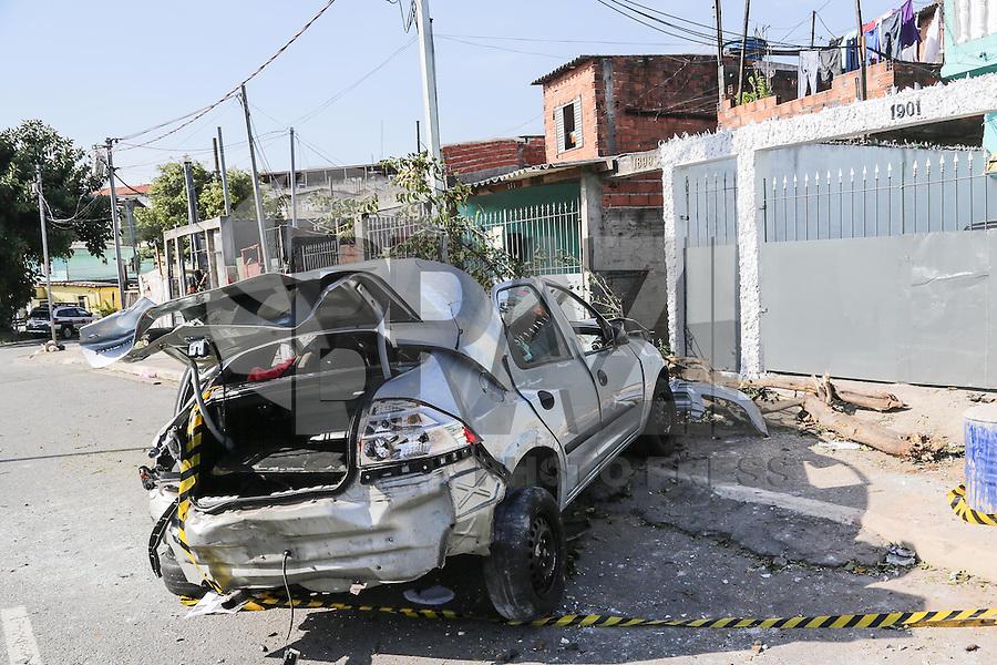 SAO PAULO, SP, 06.10.2014 - ACIDENTE TRANSITO - AUTO X MURO -Motorista perde o controle do veículo, derruba uma árvore e o muro de uma residência na Avenida Calim Eid, no bairro Cangaíba, na zona leste de São Paulo, nesta segunda-feira (06). O acidente aconteceu na madrugada desta segunda-feira, o motorista encaminhado ao Pronto Socorro do Hospital Tatuape. (Foto: Clara Reis / Brazil Photo Press).