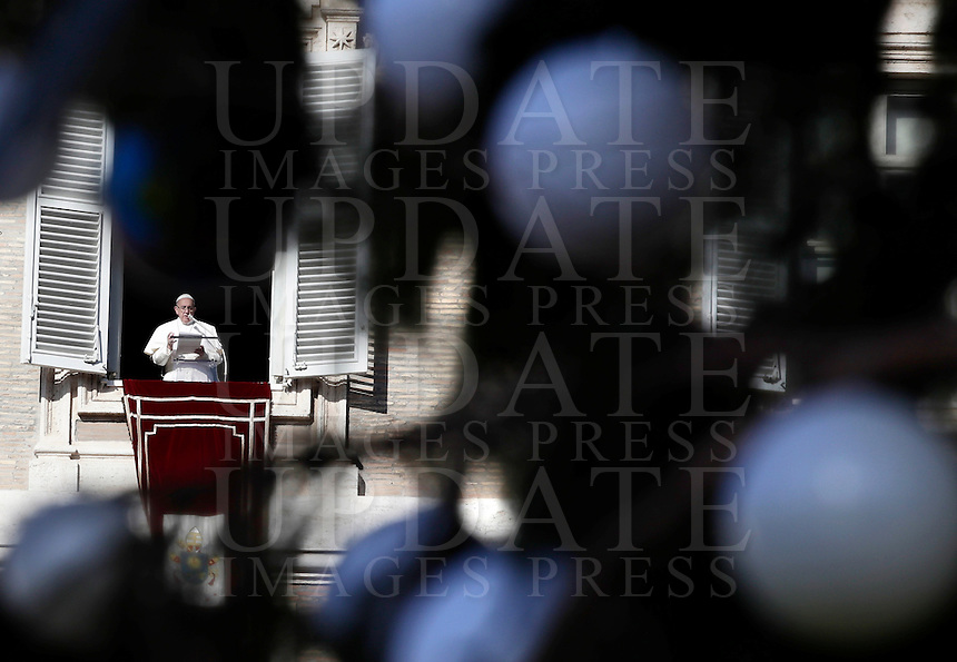 Papa Francesco celebra l'Angelus dalla finestra del suo studio che si affaccia su Piazza San Pietro. Citta' del Vaticano, 6 gennaio 2017.<br /> Pope Francis speaks to the faithful during the Angelus prayer from his studio's window overlooking St. Peter's square, at the Vatican,on January 6, 2017.<br /> UPDATE IMAGES PRESS/Isabella Bonotto<br /> <br /> STRICTLY ONLY FOR EDITORIAL USE