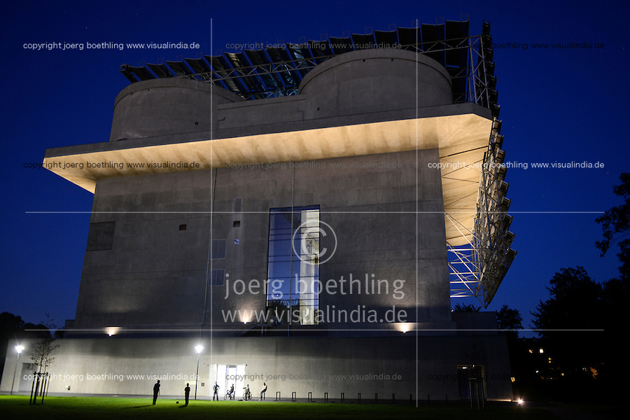 DEUTSCHLAND  Hamburg, Energiebunker Wilhelmsburg , IBA Projekt, kommunale Energieversorger Hamburg Energie, Energieerzeugung aus Solarenergie, Biogas, Holzhackschnitzeln und Abwaerme aus einem benachbarten Industriebetrieb, der Energiebunker soll einen Teil des Reiherstiegviertels mit circa 22.500 MWh Waerme versorgen und fast 3.000 MWh Strom erzeugen. Das entspricht dem Waermebedarf von circa 3.000 Haushalten und dem Strombedarf von etwa 1.000 Haushalten, Solon PV Module an der Suedseite des ehemaligen Flakbunkers, auf dem Dach wurde von Ritter XL Solar Deutschlands groesste Vakuumroehrenkollektoren Anlage zur Warmwassererzeugung installiert / GERMANY Hamburg, IBA international architecture exhibition, an old anti-aircraft war bunker is changed into an 25.000 MW renewable energy project, with biogas, biomass, solar panels and solar thermal vacuum pipes