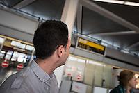Fluechtlinspaten Syrien e.V. in Berlin.<br /> Empfang der Mutter und Brueder von Majd am Flughafen Tegel.<br /> Rechts im Bild: Fluechtlingspate Peter Kuttner.<br /> Im Bild: Der 21jaehrige Majd aus Syrien blickt auf die Anzeigetafel fuer ankommende Fluege.<br /> 17.6.2015, Berlin<br /> Copyright: Christian-Ditsch.de<br /> [Inhaltsveraendernde Manipulation des Fotos nur nach ausdruecklicher Genehmigung des Fotografen. Vereinbarungen ueber Abtretung von Persoenlichkeitsrechten/Model Release der abgebildeten Person/Personen liegen nicht vor. NO MODEL RELEASE! Nur fuer Redaktionelle Zwecke. Don't publish without copyright Christian-Ditsch.de, Veroeffentlichung nur mit Fotografennennung, sowie gegen Honorar, MwSt. und Beleg. Konto: I N G - D i B a, IBAN DE58500105175400192269, BIC INGDDEFFXXX, Kontakt: post@christian-ditsch.de<br /> Bei der Bearbeitung der Dateiinformationen darf die Urheberkennzeichnung in den EXIF- und  IPTC-Daten nicht entfernt werden, diese sind in digitalen Medien nach §95c UrhG rechtlich geschuetzt. Der Urhebervermerk wird gemaess §13 UrhG verlangt.]
